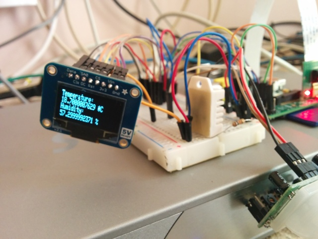 Raspi PI OLED screen showing temperature and humidity